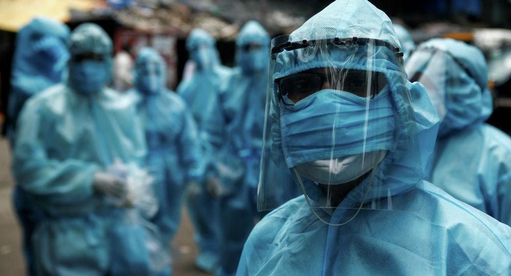 Медики в защитной экипировке проводят скининг на улицах города