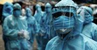 Медики-волонтеры в защитной экипировке проводят скининг на улицах