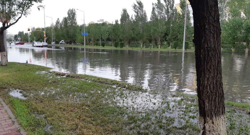 Из-за затопления после дождя в Нур-Султане перекрыли улицу Ташенова