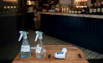 Антисептики и термометр на входе в кафе