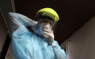 Медик поправляет защитную маску в больнице с коронавирусом