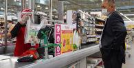 Посетители закупаются продуктами перед карантинными выходными в торговой сети