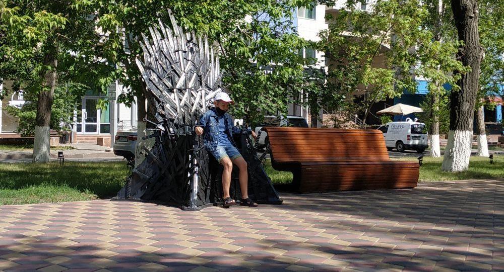 Мальчик на железном троне из Игры престолов в Центральном парке Нур-Султана