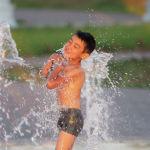 Ребенок купается в фонтане