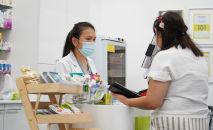 Женщина в маске в аптеке