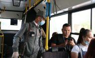 Контроль на линии: проверка оплаты за проезд в автобусе Нур-Султана, архивное фото