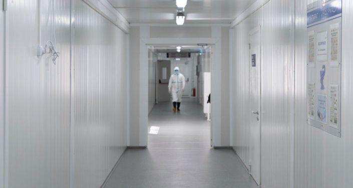 В госпитале работают шесть отделений. Войти туда можно только в защитных костюмах