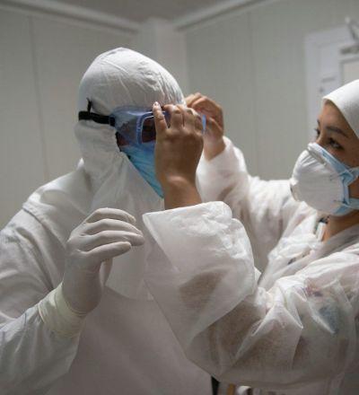 При входе в грязную зону медики обязательно надевают специальные противочумные костюмы