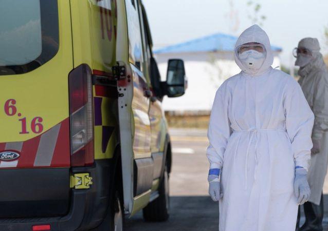 Работники инфекционного госпиталя тщательно готовятся к встрече пациентов