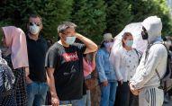 Алматинцы в масках стоят в очереди перед центральной аптекой города