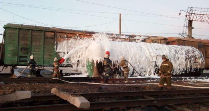 К месту возгорания прибыл пожарный поезд со станции Шу