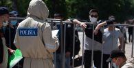 Полицейские в защитных костюмах на блокпосту