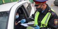 Полицейские в масках на дороге после дождя