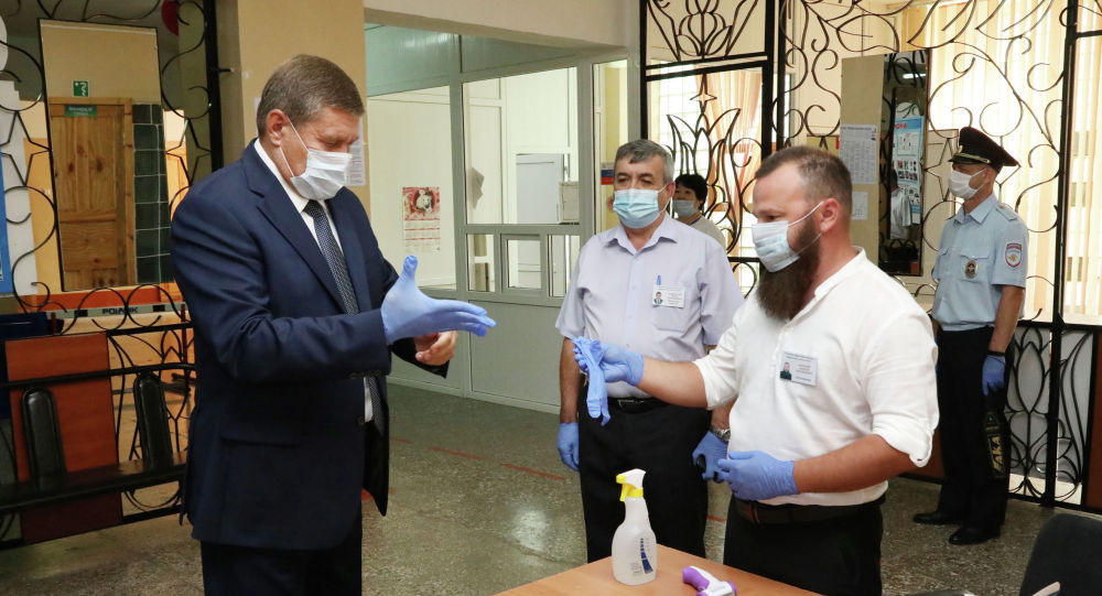 Глава городской администрации Константин Бусыгин на избирательном участке в Байконыре