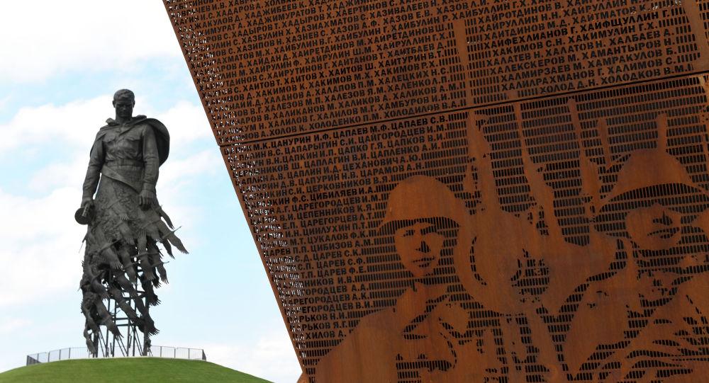 Президент РФ Владимир Путин и президент Белоруссии Александр Лукашенко открыли Ржевский мемориал Советскому солдату