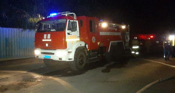 Авария с Peugeot в Алматы, автомобиль взорвался и сгорел