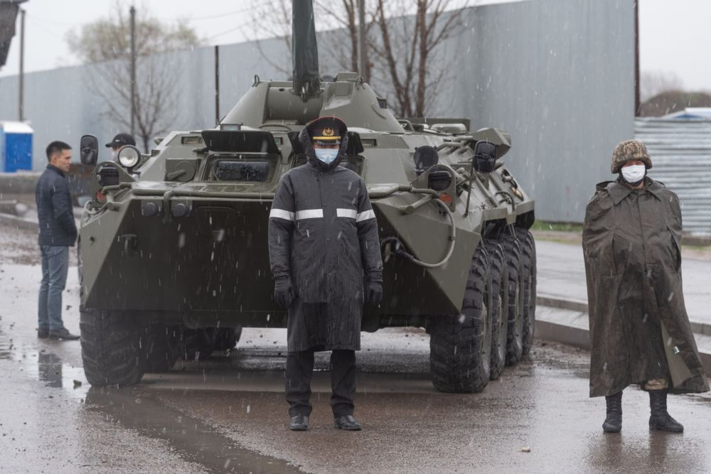 Полицейский и военный на блокпосту, архивное фото