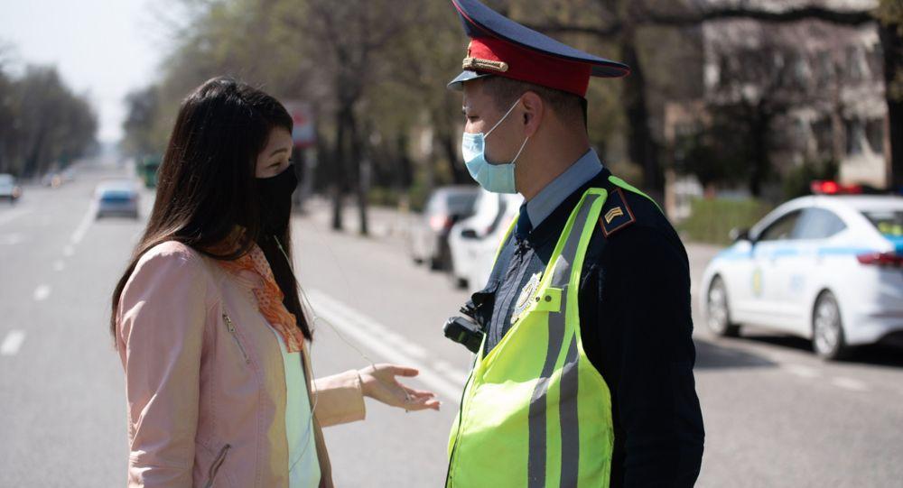 Полицейский в маске общается с жительницей города, архивное фото