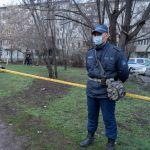 Полицейский у огороженной детской площадки дома, закрытого на карантин, архивное фото