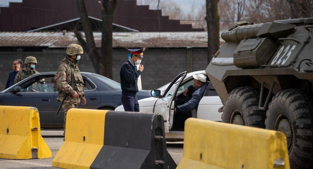 Полицейские и военные в защитных масках на блокпосту, архивное фото