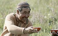 Казахский чабан с пиалой