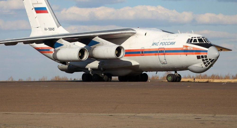 Самолет МЧС России доставил гуманитарную помощь