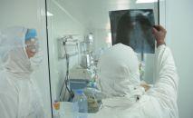 Медики в отделении интенсивной терапии