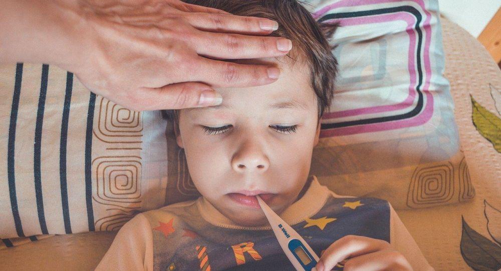 Ребенок с температурой, иллюстративное фото