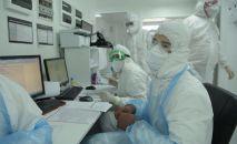 Врачи работают с документами в отделении больницы с коронавирусом в Нур-Султане
