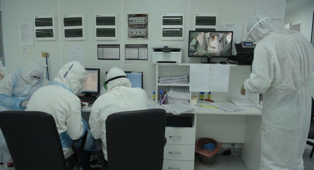 Врачи работают с документами в отделении интенсивной терапии в Нур-Султане