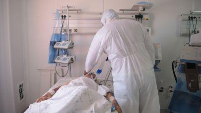 Врач в палате отделения реанимации в больнице с коронавирусом в Нур-Султане