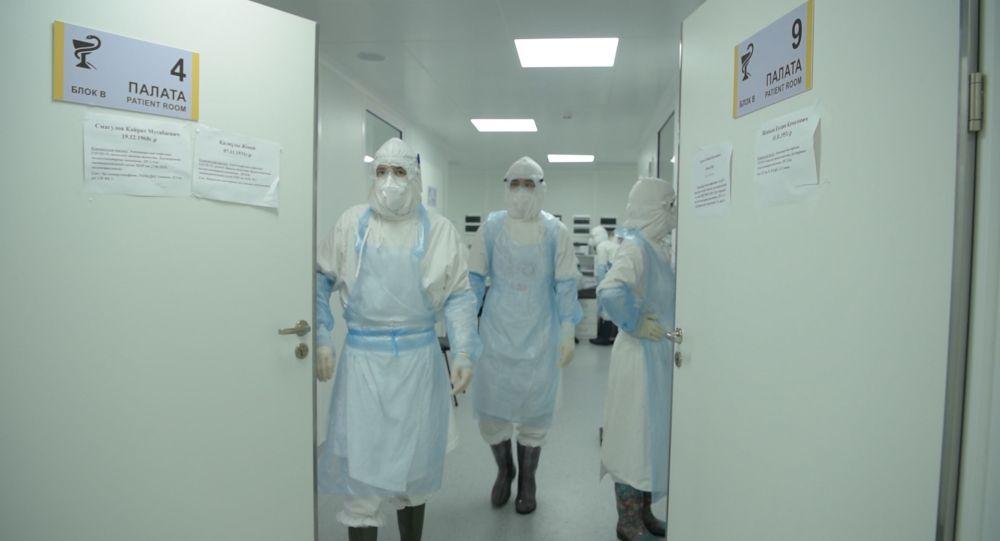 Врачи в коридоре отделения интенсивной терапии в больнице с коронавирусом  в Нур-Султане