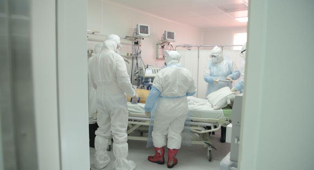 Врачи в защитных костюмах в палате интенсивной терапии в больнице с коронавирусом в Нур-Султане