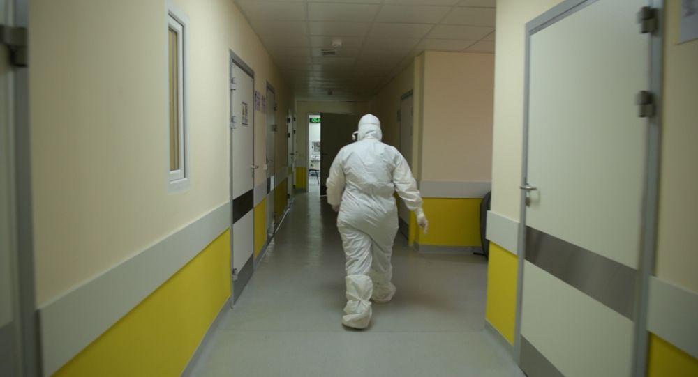Астана ауруханасында қорғаныш костюмін киген дәрігер