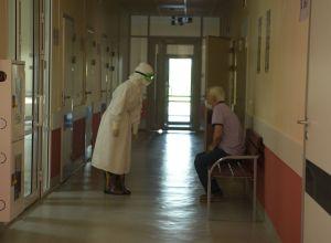 Врач беседует с пациентом в больнице с коронавирусом в Нур-Султане