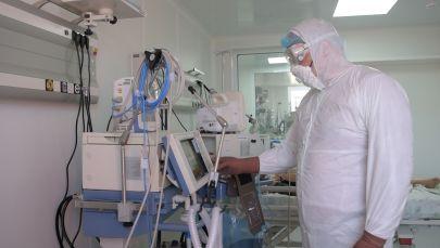 Врач в защитном костюме в палате интенсивной терапии в Нур-Султане