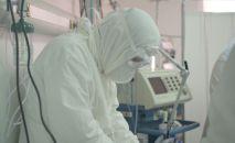 Врач в защитном костюме в больнице с коронавирусом в Нур-Султане