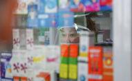 Сотрудник аптеки за витриной