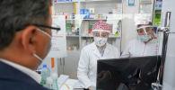 Мужчина покупает лекарства в аптеке