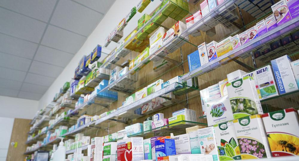 Полки с лекарствами в аптеке