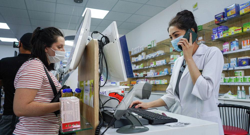 Сотрудник аптеки работает с покупателями