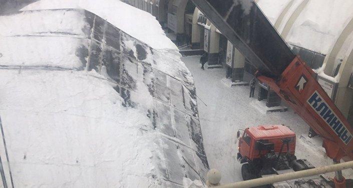 Разбор рухнувшей конструкции на ж/д вокзале Астаны