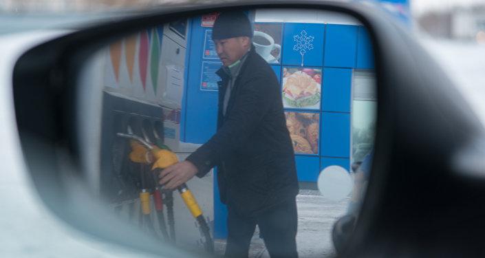 Вид автозаправочной станции в зеркале автомобиля