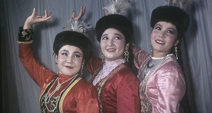 Архивное фото девушек в национальных костюмах