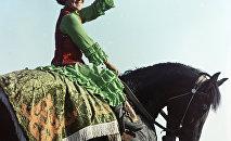 Девушка на лошади, архивное фото