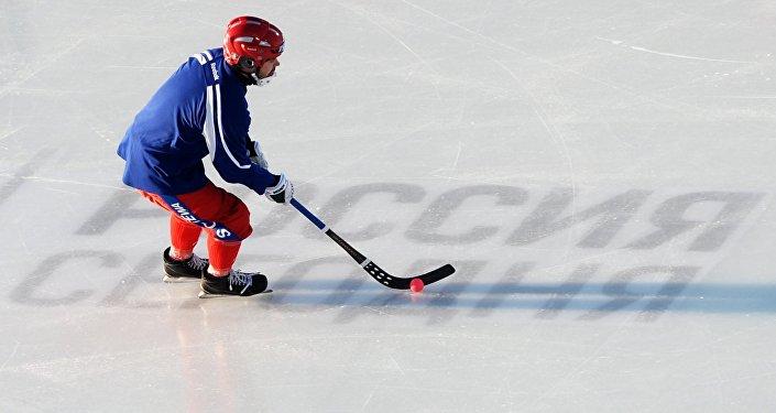 Архивное фото игрока сборной России перед началом финального матча чемпионата мира по хоккею с мячом