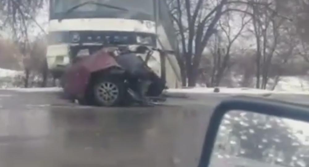 Иномарку разорвало надвое при столкновении с автобусом на Кульджинском тракте