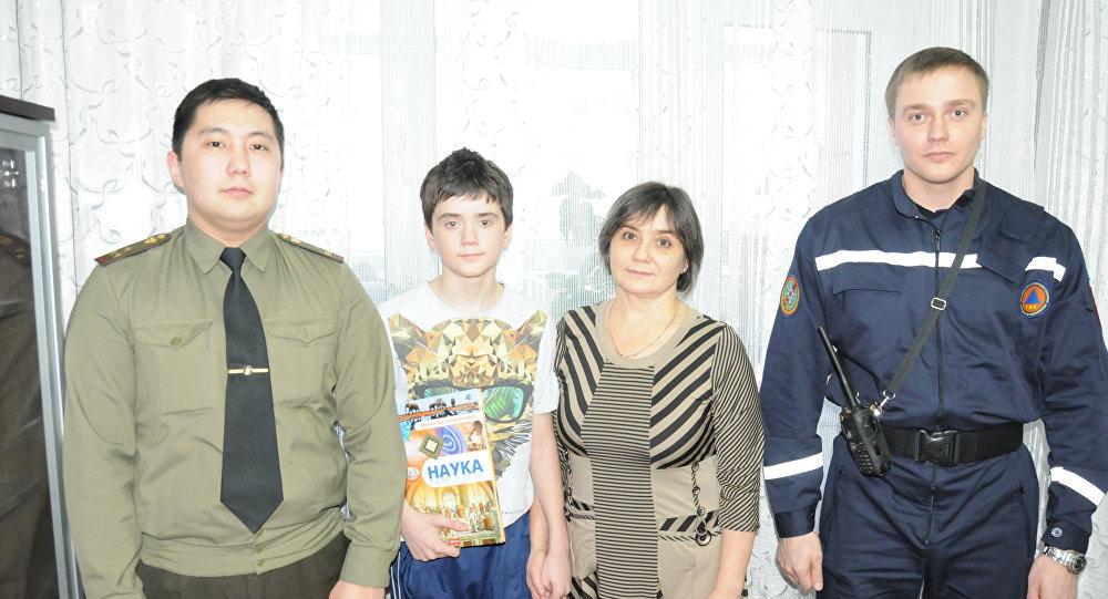 Спасатели пришли в гости к упавшему в колодец школьнику Сергею Лупанову и его маме