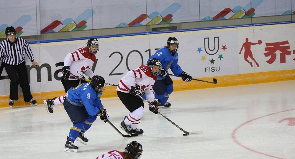 Матч между женскими сборными Казахстана и Канады по хоккей на Универсиаде в Алматы