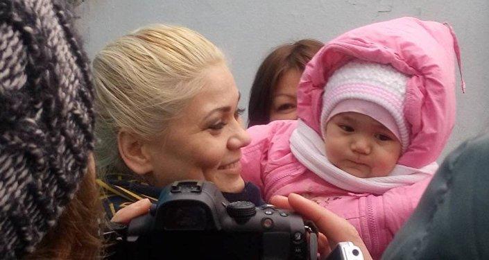 Наталья Слекишина с ребенком выходит из тюрьмы